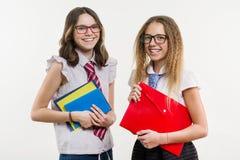 Portrait heureux de plan rapproché d'amis de lycée Pose sur l'appareil-photo, dans l'uniforme scolaire Images libres de droits