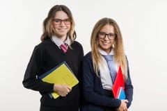 Portrait heureux de plan rapproché d'amis de lycée Pose sur l'appareil-photo, dans l'uniforme scolaire Photographie stock libre de droits