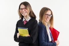 Portrait heureux de plan rapproché d'amis de lycée Pose sur l'appareil-photo, dans l'uniforme scolaire Image stock