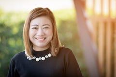 Portrait heureux de sourire de femme smAsian asiatique de femme avec la lumière du soleil i images libres de droits