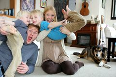 Portrait heureux drôle de famille à la maison Photo libre de droits