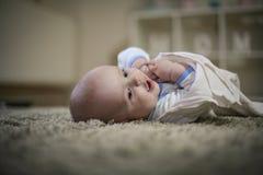 Portrait heureux mignon de bébé garçon Fin vers le haut Image stock