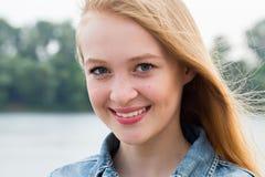 Portrait horizontal d'une femme blonde de sourire de beaux jeunes en nature photo stock
