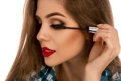 Portrait horizontal d'une fille avec une brosse de maquillage pour la mèche dans h Photographie stock libre de droits