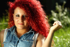 Portrait horizontal d'une jeune fille avec les cheveux bouclés rouges Photos stock