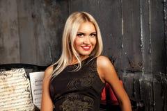 Portrait horizontal de femme adulte magnifique souriant à l'appareil-photo Photos stock