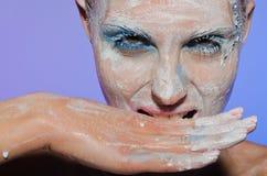 Portrait horizontal de femme avec des peintures Image libre de droits
