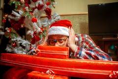 Portrait horizontal de hippie dans les verres et le chapeau de Santa avec un l Photos libres de droits
