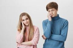 Portrait horizontal des couples de renversement dans des chandails colorés tricotés ayant quelques problèmes dans leur famille d' Photo stock
