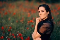 Portrait humide de beauté de femme de regard dans un domaine des pavots images stock