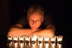 Portrait illuminé par des bougies d'un homme Image libre de droits