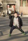 Portrait instantané d'un garçon sautant de corde images stock