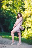 Portrait intégral d'un beau plus le mannequin de taille dans la robe rose, jeune femme dehors photo stock