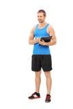 Portrait intégral d'un entraîneur de forme physique tenant un presse-papiers Image libre de droits