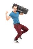 Portrait intégral d'un jeune homme musculaire posant avec une radio photo libre de droits