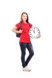 Portrait intégral d'une étudiante tenant une horloge murale Photographie stock