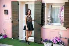 Portrait intégral d'une belle fille de brune courant autour du en dehors de sa maison photographie stock libre de droits