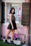 Portrait intégral d'une belle fille de brune courant autour du en dehors de sa maison photos libres de droits
