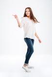 Portrait intégral d'une femme heureuse dirigeant le doigt loin Images stock