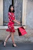 Portrait intégral d'une fille avec un sac à provisions très heureux photos libres de droits