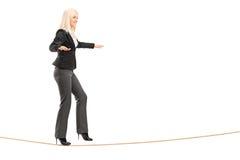 Portrait intégral d'une jeune femme marchant sur une corde Photos libres de droits