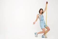 Portrait intégral d'une jolie fille drôle, tenant le robinet de mesure Photographie stock