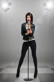Portrait intégral de chanteur Rock avec la MIC sous des projecteurs Photos stock