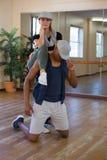 Portrait intégral de danseur avec l'ami masculin dans le studio Photo stock