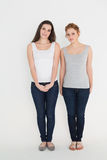 Portrait intégral de deux jeunes amis féminins occasionnels Photo stock
