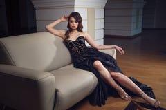Portrait intégral de femme magnifique dans la longue robe noire s photographie stock