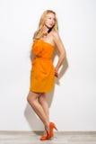 Portrait intégral de fille de mannequin dans la robe orange et le mode Images stock