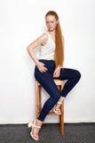 Portrait intégral de jeune belle femme rousse de modèle de débutant dans des blues-jean blanches de T-shirt pratiquant la pose mo Photographie stock libre de droits