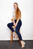 Portrait intégral de jeune belle femme rousse de modèle de débutant dans des blues-jean blanches de T-shirt pratiquant la pose mo Image libre de droits