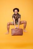 Portrait intégral de jeune sauter africain heureux d'homme Photographie stock