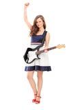 Portrait intégral de jouer femelle enthousiaste sur GU électrique Images stock