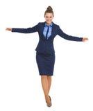 Portrait intégral de l'équilibrage heureux de femme d'affaires photographie stock libre de droits