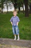 Portrait intégral de petit garçon drôle mignon photos libres de droits