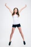 Portrait intégral de sauter de sourire de fille photos libres de droits