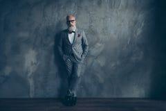 Portrait intégral de vieil homme dur brutal parfait renversant dedans Image stock