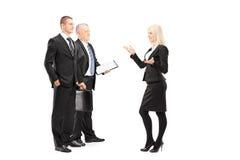Portrait intégral des hommes d'affaires et femme d'affaires ayant le C.A. photos libres de droits