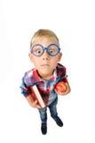 Portrait intégral grand-angulaire de garçon un étudiant dans la chemise en verres étreignant le livre et la pomme dans des mains, photos libres de droits