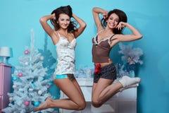 Portrait intérieur de mode de vie de deux filles folles de hippie de meilleurs amis Photo libre de droits
