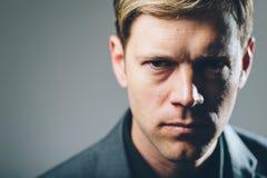 Portrait intense d'homme d'affaires de regard fixe Photographie stock