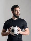 Portrait intense sérieux sûr du football ou de footballeur regardant la source lumineuse photo stock