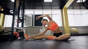 Portrait jeune femme heureuse d'ajustement sportif de la belle dans les vêtements de sport établissant, faisant la tête tournée à clips vidéos