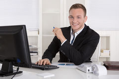 Portrait : Jeune homme d'affaires beau dans le sourire se reposant de costume dedans Images libres de droits