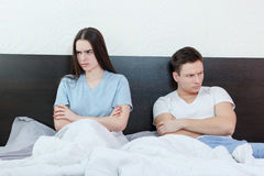 Portrait jeunes des couples caucasiens malheureux et contrariés après qua Image stock