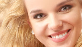 Portrait Junge blond mit einem schönen Lächeln Stockbild