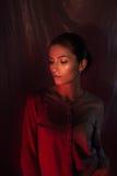 Portrait léger mélangé de mode de jeune femme attirante Photo stock