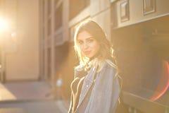 Portrait ?l?gant ?motif d'une jeune femme blonde sur un plan rapproch? de fond de paysage urbain dans le coucher de soleil image libre de droits